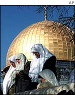 Palestinian women praying in Jerusalem
