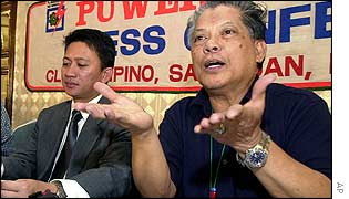 Estrada's defence lawyers Rene Saguisag (R) and Raymond Fortun (L)