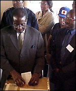 Robert Mugabe casts his vote
