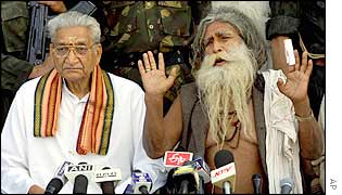VHP leader Ashok Singhal and Paramhans Ramchandra Das, leader of the committee to  build a temple at Ayodhya