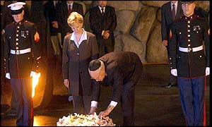 Dick Cheney lays a wreath at Yad Vashem