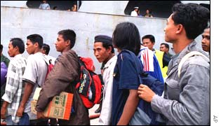 Illegal Indonesian immigrants leaving Malaysia