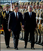 Bush fue recibido por la guardia de honor rusa.