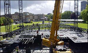Workmen constructing the stage in Buckingham Palace gardens