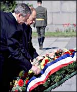 President Bush and President Putin lay a wreath in St Petersburg