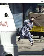 Muslim kashmiri protestor throws stone at Indian police