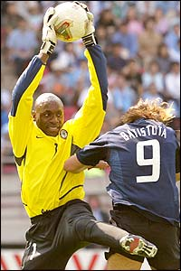 Nigerian goalkeeper Ike Shorunmu stops the ball in front of Argentinian forward Gabriel Batistuta