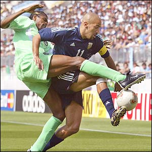Nwankwo Kanu tries to steal the ball from Argentina's midfielder Juan Sebastian Veron