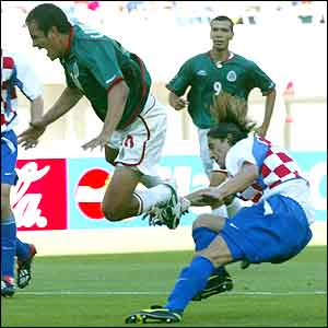 Boris Zivkovic brings down Mexico's Cuauhtemoc Blanco to concede a penalty
