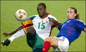 Salif Diao beats Emmanuel Petit to the ball