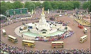 Buses circulate outside Buckingham Palace