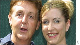 Si, se trata de McCartney y de la nueva tecladista de Wings.