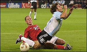 Nicky Butt makes a perfect cover tackle on Pablo Aimar