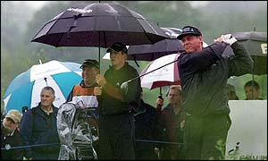 Darren Clarke driving through the rain to the 9th hole
