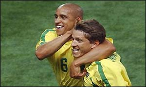 Roberto Carlos celebrates his goal with Juninho