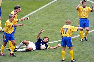Gabriel Batistuta appeals to the referee after a Swedish challenge