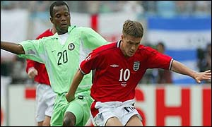 Michael Owen (centre) in action against Nigeria