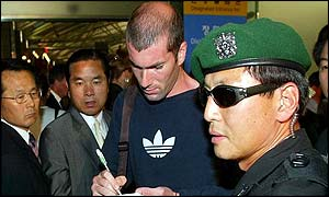 Zinedine Zidane arrives at Incheon airport for the flight home