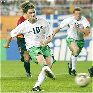 Robbie Keane scores an 89th minute penalty for Ireland