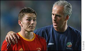 Mick McCarthy consoles Matt Holland after the defeat by Spain