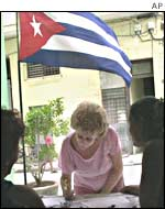 A voter signs the petition on Havana