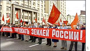 Demonstration outside the Duma against the sale of land, 2001