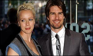 Samantha Morton and Tom Cruise pose outside the Minority Report pr�miere