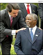 Spanish Prime Minister Jose Maria Aznar talks to South African President Thabo Mbeki