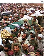 Shias carry massacre victims to graveyard in 1999