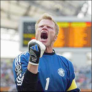 Oliver Kahn celebrates the victory against Paraguay