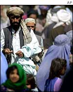 Afghan refugees crossing the Pakistan border