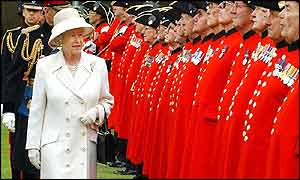 The Queen inspects Chelsea Pensioners