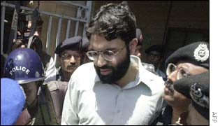 Pakistani police surrounding Omar Sheikh during the trial