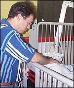Itzjak Aizenman, junto a la cuna de su hijo Saguí.