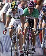 Robbie McEwen beats Erik Zabel to the line in stage 10