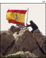 Spanish soldiers put up their flag on Perejil after expelling Moroccan soldiers