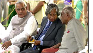 Dr APJ Abdul Kalam (centre) at farewell ceremony for outgoing President KR Narayanan (right)