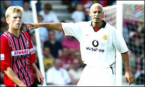 Rio Ferdinand rallies the Manchester United defence