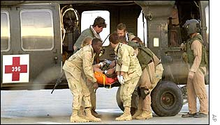 Wounded US soldier is carried from an aircraft