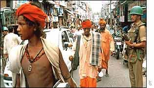 Hindu pilgrims escorted by police