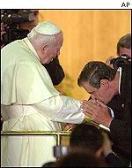 El presidente Vicente Fox besa el anillo papal.