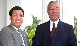 Indonesian Foreign Minister Hassan Wirayuda (l) and US Secretary of State Colin Powell