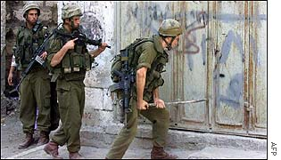 Israeli troops search Nablus