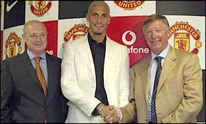 Man Utd chief executive Peter Kenyon with �30m signing Rio Ferdinand