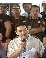 Tommy Suharto gives a prison press conference watched by guards