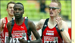 Wilson Kipketer finishes just ahead of Andre Bucher in the 800m heats in Munich