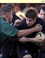Richie McCaw tries to escape Bob Skinstad's attentions