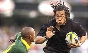 Tana Umaga of New Zealand on the attack