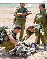 Israeli troops with body of Palestinian militant