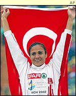 Sureyya Ayhan beat Gabriela Szabo in the 1500m